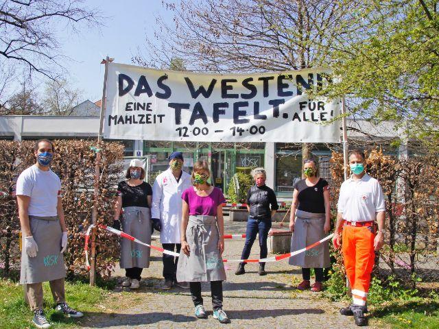 """Die Initiative """"Das Westend tafelt"""" verteilt kostenloses Mittagessen., Foto: BRK München"""