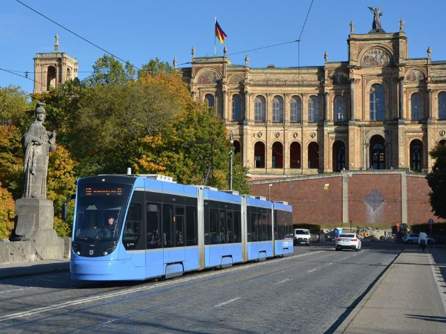Tram vor dem Maximilianeum, Foto: SWM/MVG