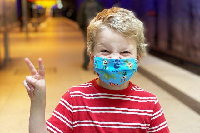 9-jähriges Kind mit Stoffmaske, Foto: Anette Göttlicher