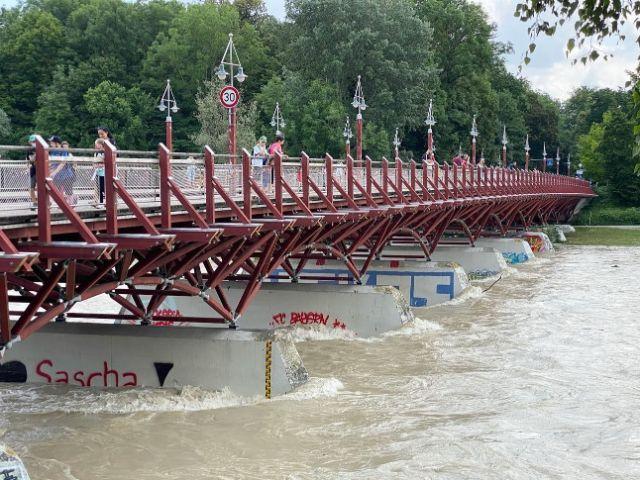 Das Isar-Hochwasser rauscht unter der Tierpark-Brücke durch, Foto: Anette Göttlicher