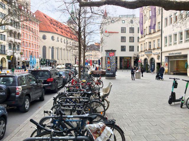Parkflächen und Räder auf dem Gehweg - so sieht es im Tal derzeit aus., Foto: Landeshauptstadt München Baureferat
