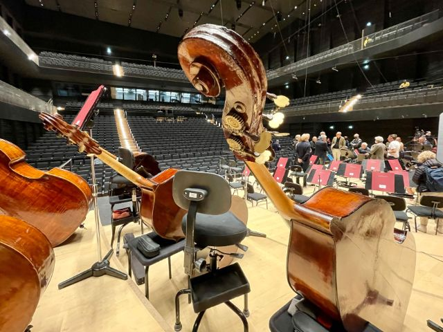 Blick von der Bühne der Isarphilharmonie mit Instrumenten, Foto: Anette Göttlicher