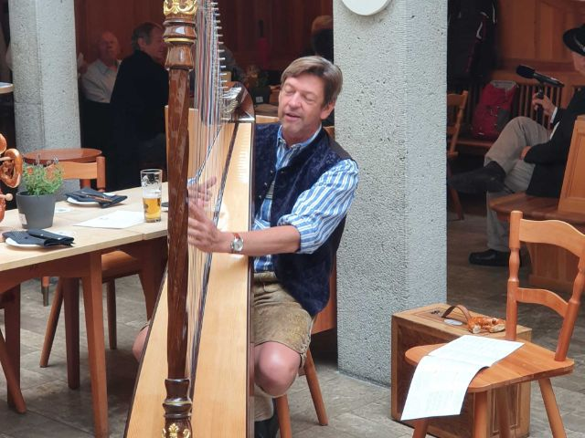 Peter Reichert an der Harfe, Foto: Saskia Ziegler