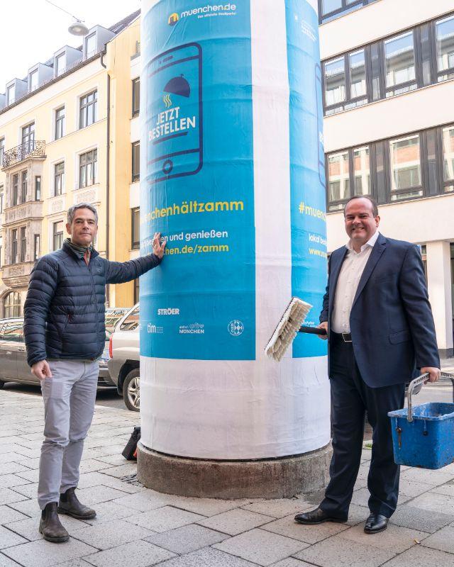 Wirtschaftsreferent Clemens Baumgärtner und Dr. Lajos Csery (muenchen.de) zeigen die neuen Plakate für #muenchenhältzamm, Foto: Rico Güttich