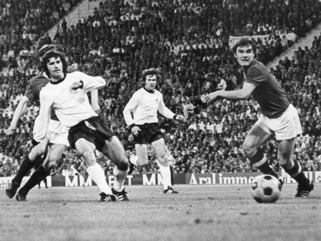 Gerd Müller erzielt ein Tor bei einem Länderspiel im Jahr 1972, Foto: dpa