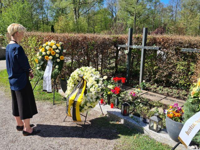 Kathrin Habenschaden am Grab von Sophie Scholl, Foto: UIi Lobinger/LHM