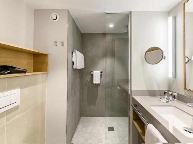 Das Bad eines Zimmers im Mercure Hotel München am Olympiapark, Foto: Christoph Weiss