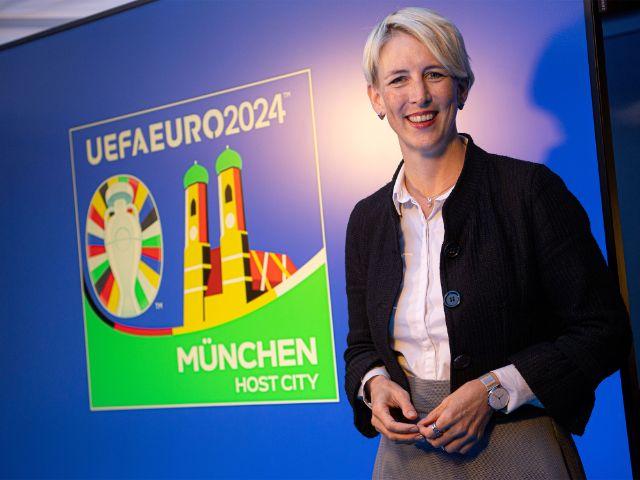 Bürgermeisterin Katrin Habenschaden mit dem Logo der Host City München, Foto: Referat für Bildung und Sport/Lukas Barth