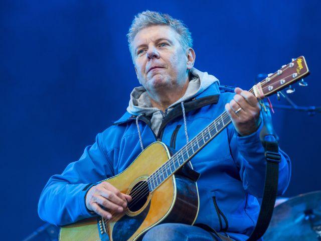 Oberbürgermeister Dieter Reiter spielt Gitarre mit der Band Dreiviertelblut auf dem Königsplatz, Foto: picture alliance / dpa