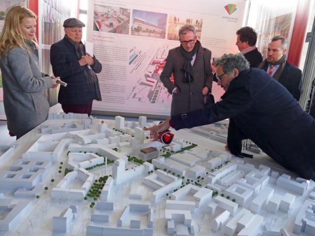 Architekt Johannes Ernst zeigt das Modell des Werksviertels, Foto: Leonie Liebich / muenchen.de