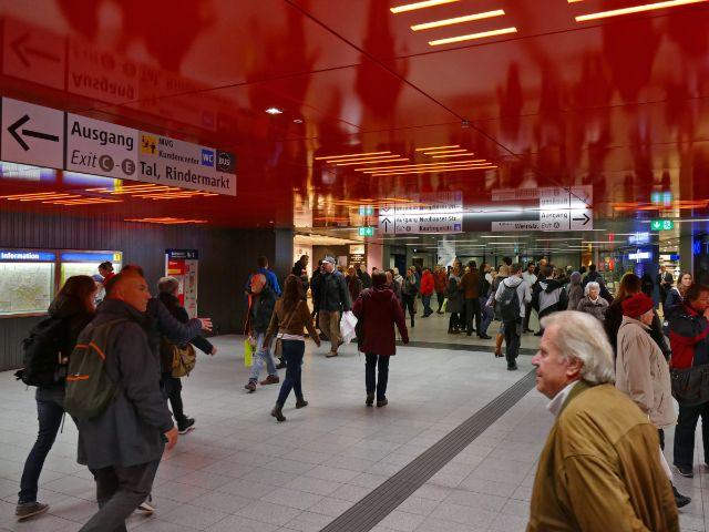 Passanten im Zwischengeschoss des U-Bahnhofs Marienplatz, Foto: muenchen.de/Mark Read