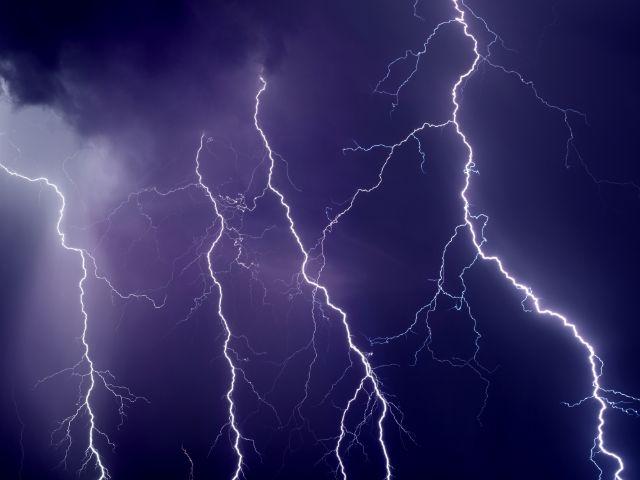 Blitze im Gewitter, Foto: Igor Zh. / Shutterstock.com