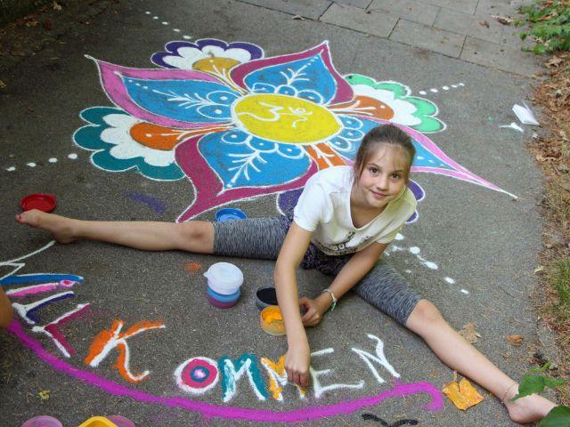 KJR Programm Ferien Extra: Mädchen malt auf der Straße, Foto: KJR