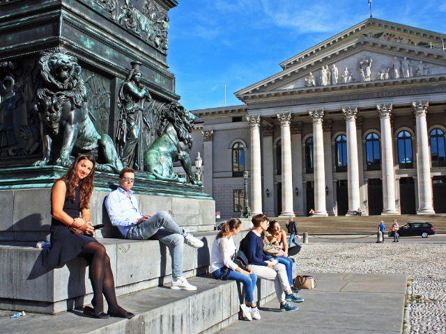 Sonniges Herbstwetter am Max-Joseph-Platz vor der Staatsoper, Foto: muenchen.de/Leonie Liebich