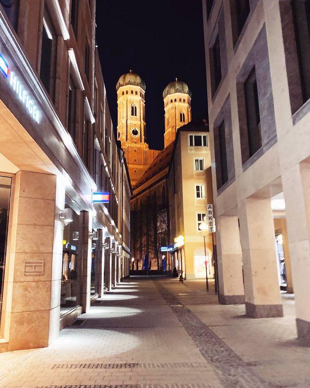 Die Frauenkirche in München bei Nacht, Foto: Anette Göttlicher