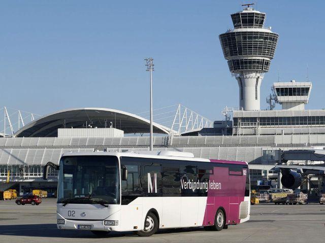Bus auf dem Rollfeld vor dem Tower, Foto: Flughafen München