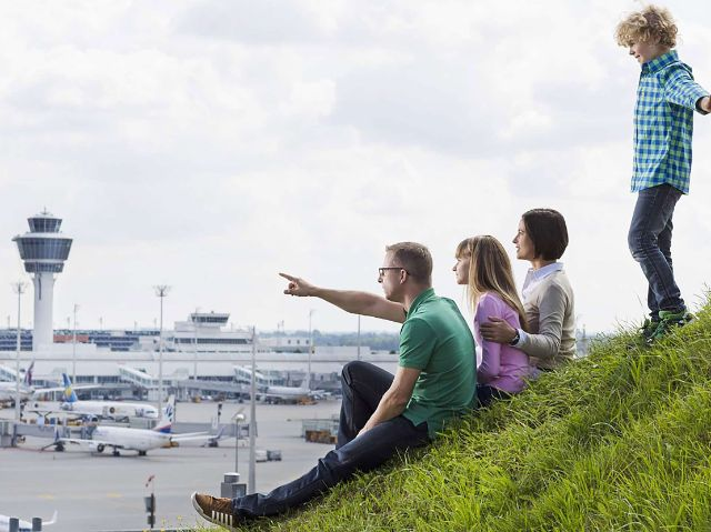 Familie auf dem Besucherhügel, Foto: Flughafen München