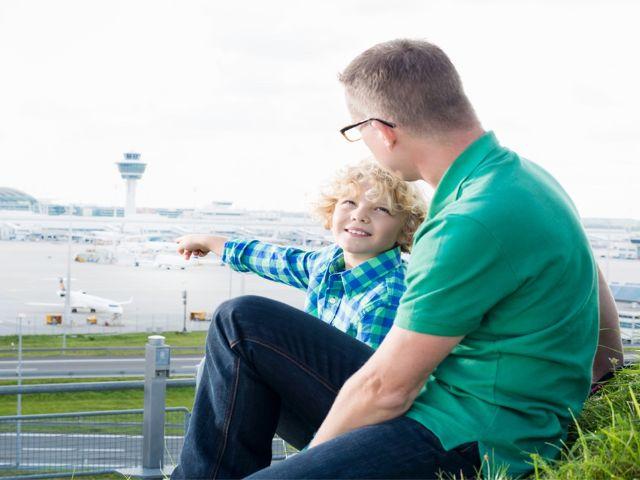 Mann und Junge auf dem Besucherhügel, Foto: Flughafen München
