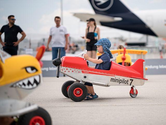Kind in einem kleinen Flugzeug, Foto: Flughafen München