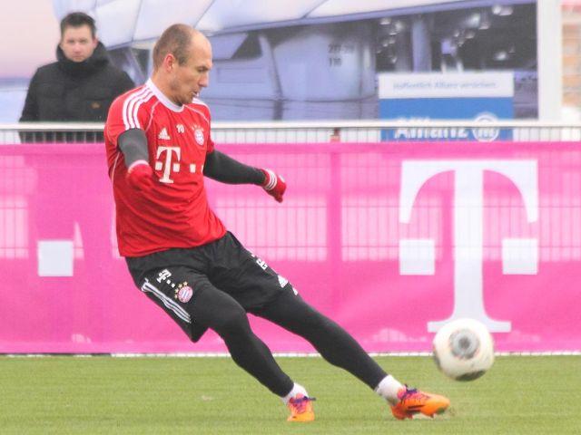 Arjen Robben schießt den Ball beim FC Bayern Training, Foto: Immanuel Rahman