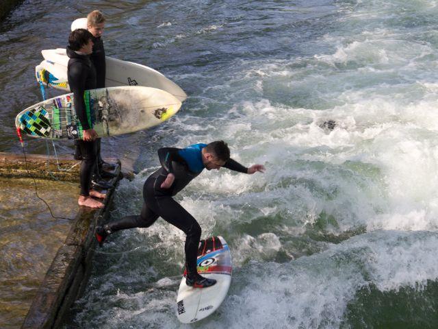 Surfen am Eisbach im Englischen Garten, Foto: Katy Spichal