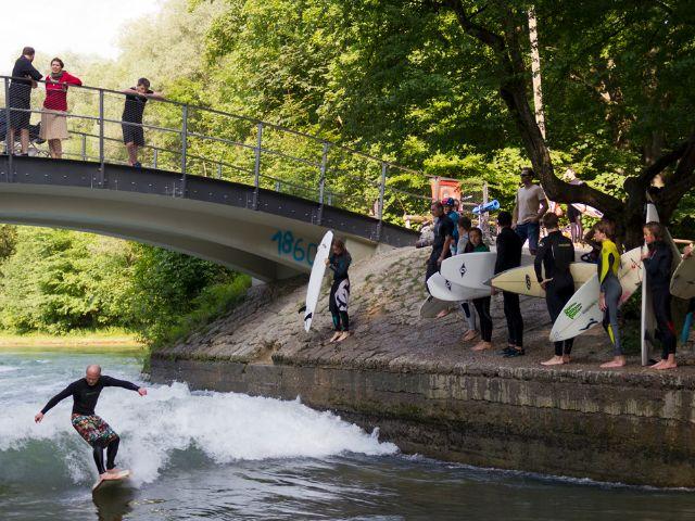 Surfer Floßlände, Foto: Katy Spichal