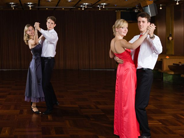 Zwei Pärchen tanzen, Foto: AISPIX/shutterstock.com