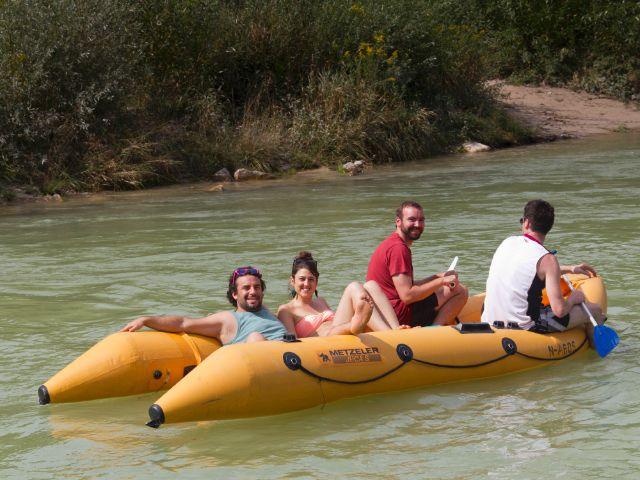 Schlauchbootfahren auf der Isar, Foto: Katy Spichal
