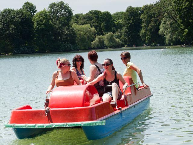 Treetbootfahren auf dem Kleinhesseloher See im Englischen Garten, Foto: Katy Spichal