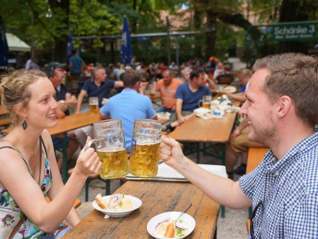 Mit Griff am Henkel stoßt man die Maß im Biergarten richtig an, hier im Augustinerkeller, Foto: Dan Vauelle