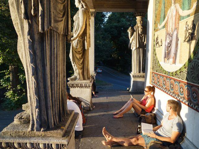 Junge Frau und junger Mann beim Lesen am Friedensengel, Foto: Dan Vauelle