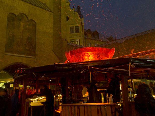 Aufnahme des gigantischen Kessels mit der Feuerzangenbowle, Foto: Katy Spichal