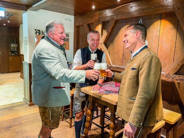 Christian Schottenhamel, Gregor Lemke und Peter Inselkammer stoßen an, Foto: Gunnar Jans