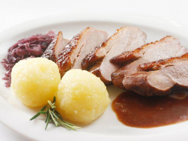 Schweinebraten mit Kartoffelknödeln und Rotkraut
