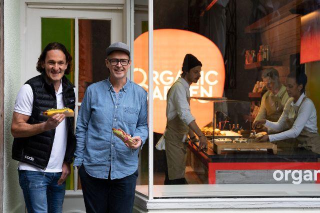 Martin Wild und Holger Stromberg vor dem Organic Garden Signature Store, Foto: Julian Kestermann