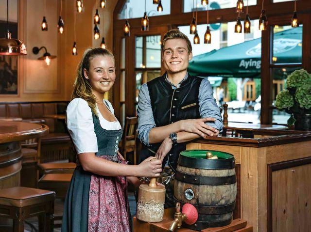 Die Gastgeber im Ayinger mit einem Bierfass, Foto: Ayinger am Platzl