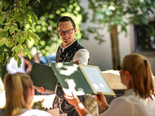 Bedienung im Wirtsgarten, Foto: Ayinger in der Au