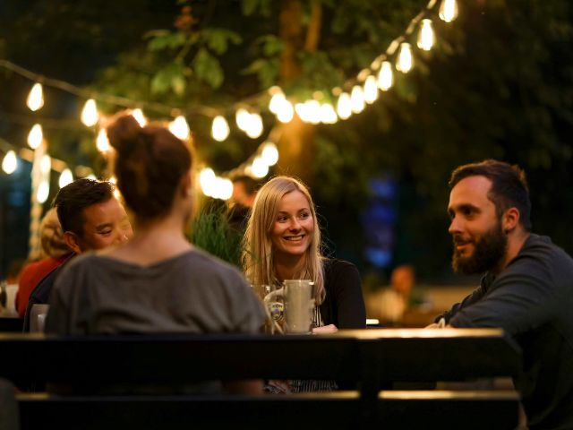 Biergarten unter Lichtern, Foto: Ayinger in der Au