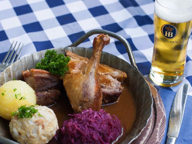 Ente mit Kartoffelknödel und Blaukraut, Foto: Hofbräukeller