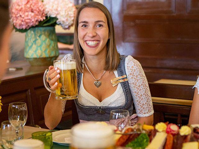 Frau am Tisch im Haxnbauer mit Bier, Foto: Kuffler