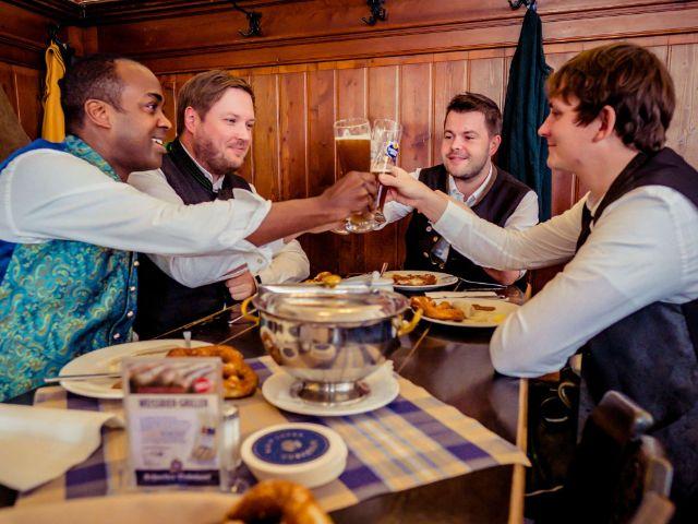 Gäste mit Schneider Weisse im Schneider Bräuhaus, Foto: Schneider Bräuhaus im Tal