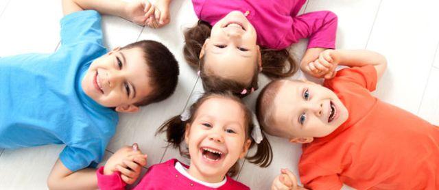 Kinder liegen im Kreis, Foto: YanLev / Shutterstock