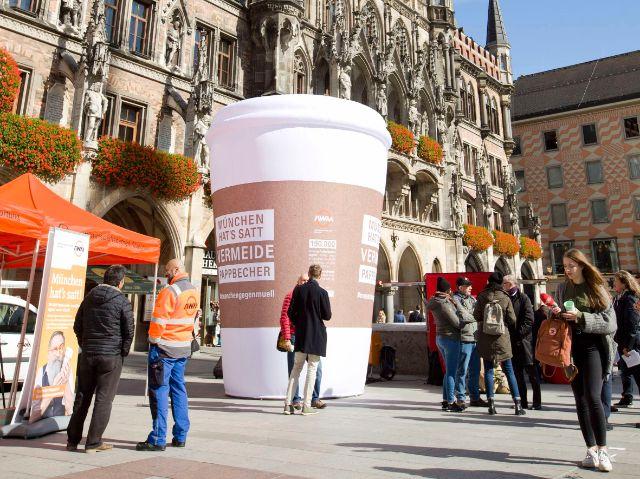 Auf die Kampagne wird mit Riesen-Kaffeebechern unter anderem am Marienplatz aufmerksam gemacht., Foto: AWM