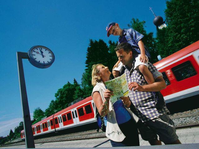 Familie studiert Fahrplan, Foto: MVV