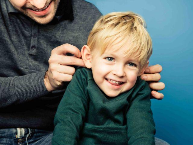 Mann kitzelt Kind an den Ohren, Foto: Lupi Spuma