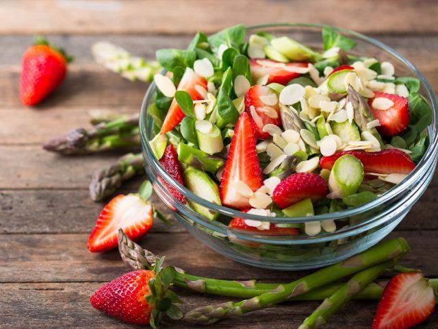 Rezept vom Pasinger Viktualienmarkt: Spargel-Erdbeer-Salat, Foto: iStockphoto.com/philipphoto