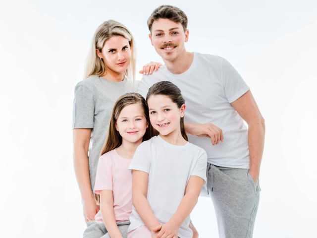Familie in bequemer Kleidung, Foto: Everbasics