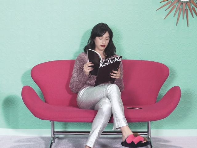 Frau liest das KaDeWe-Magazin, Foto: Oberpollinger