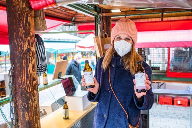 Hanna Schumacher an ihrem Stand First8 Kombucha auf dem Münchner Viktualienmarkt, Foto: Anette Göttlicher