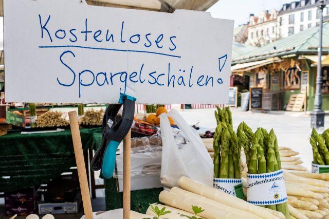 Spargelschälen kostenlos auf dem Münchner Viktualienmarkt, Foto: Anette Göttlicher